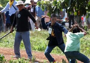 การปะทะระหว่างพันธมิตร (ซ้ายมือ) และชาวบ้าน (ขวามือ) เขตชายแดนไทยกัมพูชาวันที่ ๑๙ กันยายน ๒๕๕๒