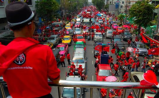หนึ่งในถนนสามสายซึ่งไปบรรจบกันที่แยกนางเลิ้ง: ถนนทั้งสายแน่นขนัดไปด้วยเสื้อแดง – ภาพโดย เนอร์มอล โกช